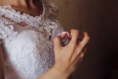 Frau, die Duftstoff auf ihrem Handgelenk anwendet stockfotografie