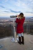 Frau, die durch Binokel schaut Stockfotografie