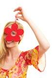 Frau, die durch Blume schaut Lizenzfreie Stockfotos