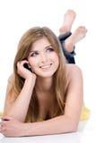 Frau, die durch cellural Telefon spricht stockfoto