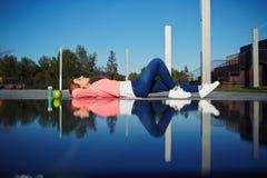 Frau, die durch das Pool stillsteht Lizenzfreies Stockfoto