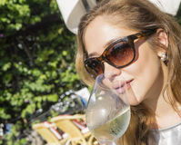 Frau, die durch das Trinken sich entspannt stockfotos