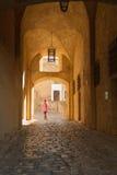 Frau, die durch den Eingang zur Zitadelle in Calvi, Herzen geht Stockfotos