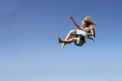Frau, die durch den Himmel fällt Lizenzfreie Stockbilder