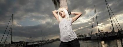 Frau, die durch den Jachthafen aufwirft Lizenzfreie Stockfotos