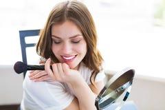 Frau, die durch den Spiegel sitzt Stockbilder