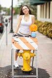 Frau, die durch einen Feuerhydranten aufwirft Lizenzfreie Stockbilder