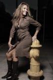 Frau, die durch einen frie Hydranten aufwirft Lizenzfreie Stockbilder
