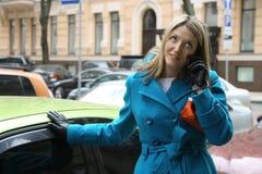 Frau, die durch einen Handy spricht stockfoto