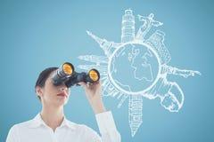 Frau, die durch Ferngläser gegen blauen Hintergrund mit Illustrationen schaut Stockbild