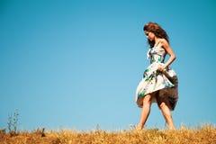 Frau, die durch Gras geht lizenzfreies stockfoto