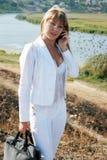 Frau, die durch Handy benennt Stockfotografie