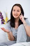 Frau, die durch Handy benennt Lizenzfreies Stockfoto