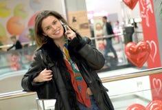 Frau, die durch Handy spricht stockfotos