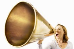 Frau, die durch Megaphon schreit Stockfotos