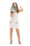 Frau, die durch Megaphon schreit und sich Daumen zeigt Lizenzfreie Stockfotos