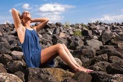 Frau, die durch Ozean sich entspannt stockfoto