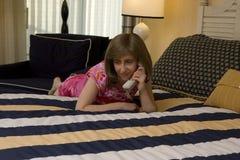 Frau, die durch Phone benennt Lizenzfreies Stockfoto