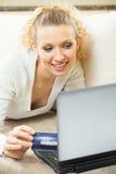 Frau, die durch Plastikkarte zahlt Lizenzfreies Stockbild