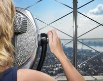 Frau, die durch Projektor Stadt betrachtet Stockfotos