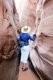 Frau, die durch Schlitzschlucht zusammendrückt Stockfotos