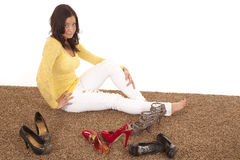 Frau, die durch Schuhe sitzt lizenzfreies stockbild
