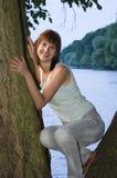 Frau, die durch See sich entspannt Stockbild