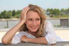 Frau, die durch See sich entspannt Lizenzfreie Stockfotografie