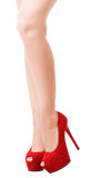 Frau, die durch sexy Beine in den roten Velourslederschuhen aufwirft Stockfotografie
