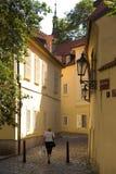Frau, die durch Straße in altem Europa geht Lizenzfreies Stockfoto
