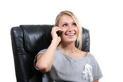 Frau, die durch Telefon benennt Lizenzfreies Stockbild