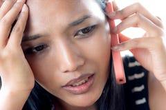 Frau, die durch Telefon benennt Stockfotos