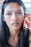 Frau, die durch Telefon benennt Lizenzfreie Stockfotografie