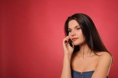 Frau, die durch Telefon nennt Lizenzfreies Stockbild