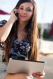 Frau, die durch Telefon spricht Stockbild