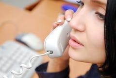 Frau, die durch Telefon spricht Lizenzfreie Stockfotografie