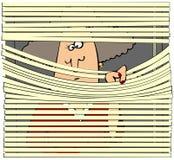 Frau, die durch Vorhänge schaut Lizenzfreie Stockbilder
