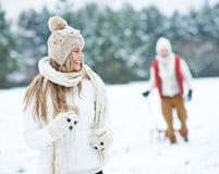 Frau, die durch Winterschnee läuft Lizenzfreies Stockfoto