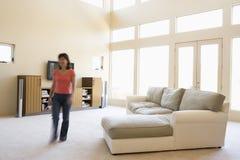 Frau, die durch Wohnzimmer geht Lizenzfreie Stockbilder