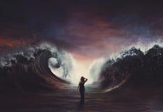 Frau, die durch zerteiltes Meer geht. lizenzfreie stockfotografie