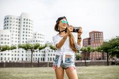 Frau, die in Dusseldorf-Stadt reist Stockbilder