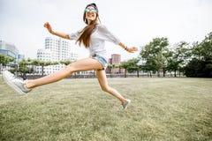 Frau, die in Dusseldorf-Stadt reist Lizenzfreie Stockfotos