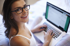 Frau, die E-Mail-Kasten überprüft Stockfoto