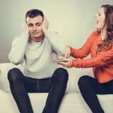 Frau, die am Ehemann schreit Betrugmann verrat Stockfotografie
