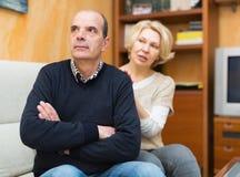 Frau, die Ehemann um Verzeihen bittet Stockbild