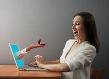 Frau, die Ehering betrachtet Stockbilder