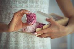 Frau, die Eibische in einer Pappschachtel hält lizenzfreie stockbilder