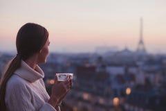 Frau, die Eiffelturm und schönes Panorama der Stadt betrachtet Stockfoto