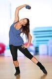 Frau, die Eignungübung an der Sportgymnastik tut Stockfotografie