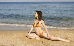 Frau, die Eignung auf Strand tut Stockbilder